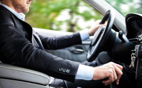 Vær på telefonen i bilen uden at risikere din sikkerhed –læs her hvordan