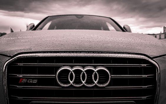 Audi med regn på